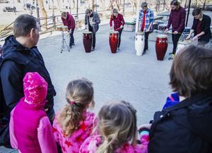 Många barn och vuxna kom för att lyssna när Kulturskolans slagverksorkester inledde barnkulturveckan.