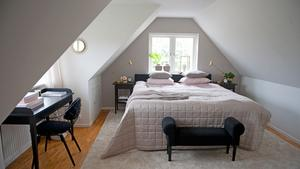 Jannices sovrum är egentligen inte optimalt möblerat eftersom sängen står under fönstret i stället för mot en vägg.