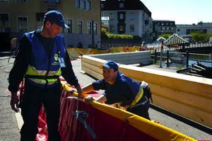 Plast i stället för sand. De gamla sandsäckarna har bytts mot barriärer i plast. Karl-Henrik Naarttijärvi var en av 50 frivilliga som igår skyddade Falun mot en fiktiv översvämning längs Östra Hamngatan.