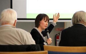 Ulrika Liljeberg fick förklara och försvara förslaget till idéprogram för sina lokala partikamrater. FOTO: EVA HÖGKVIST