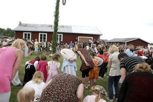 Hög trivselfaktor och familjär stämning när midsommaren dansas in på kvällen. Sex timmar senare är samma plats ett slagfält.