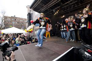Jakob Silfverberg släpper loss på scenen på Stortorget.
