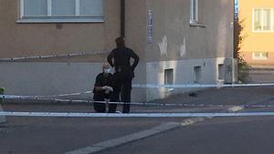 Polisens tekniker undersöker platsen där en 22-årig man sköts i slutet av juli.