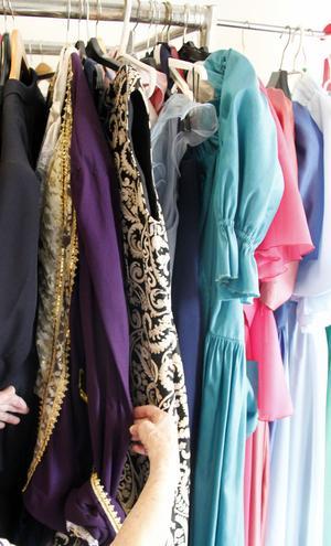 Det finns många spännande klänningar i Festyrans gedigna förråd.