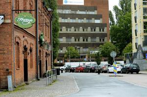 Den lilla gatstumpen som passerar restaurang Harrys heter Hamnplan är verkligen anonym.