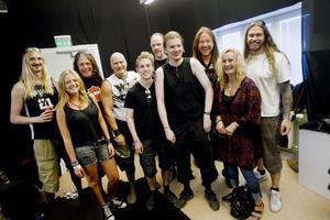 """Gruppbild. På lördagen fick vinnarna i På Gångs tävling träffa fansen. På plats fanns också Linnea Elfström Schederin, som sjungit duett med Joacim Canas i tv-programmet """"Kvällen är din""""."""