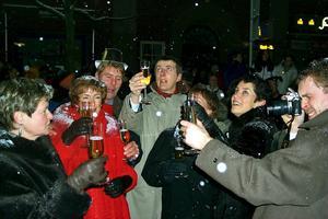 Med en ny ordningsstadga blir det förbjudet att dricka alkohol på alla offentliga platser i Kumla, men den som skålar i champagne på torget vid nyår torde inte behöva räkna med polisingripande. Arkivbild: GÖRAN WÄRNELID