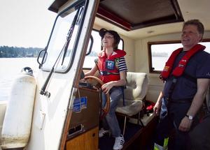 Pjotr fick även chansen att köra båten, noga övervakad av skeppare Leif Norin.
