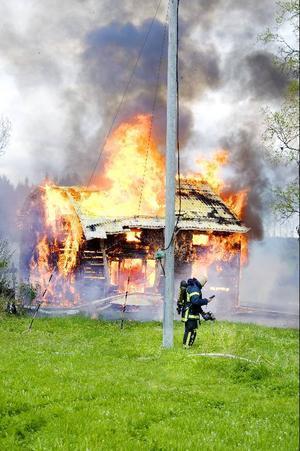 Gårdagens brand i Tandsbyn ödelade tre byggnader, varav ett bostadshus. När räddningstjänsten kom på plats så fanns det också explosionsrisk på platsen. Polisen tvingades därför spärra av området. Inga personer kom till skada i branden.