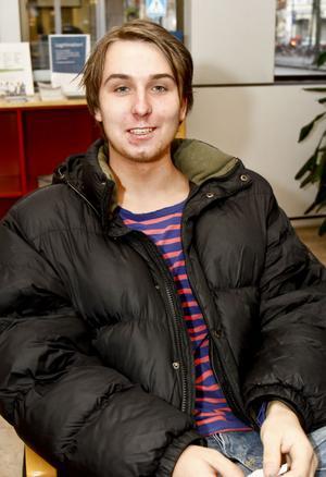 – Visst skulle det ha viss påverkan. Jag och en kompis har redan funderat på att försöka skaffa jobb i Norge och mamma försöker pusha mig. Men än har vi inte bestämt någonting och jag vill inte åka dit själv, säger 18-årige Tobias Hillman. Han har pluggat handel och idrott på Borgarskolan och söker just nu jobb som försäljare eller butiksbiträde i Gävle.