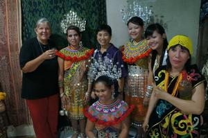 Elisabet tillsammans med några av sina kollegor på skördefest.