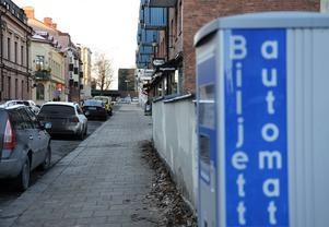 Den senaste tiden har en rad butiker i Stenstan stängt igen eller uppgett att verksamheten ska läggas ned. Samtidigt kan parkeringsavgifter komma att höjas.