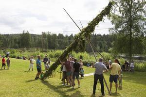 Byns starkaste män reste stången på Kvarnuddens sommarhem.