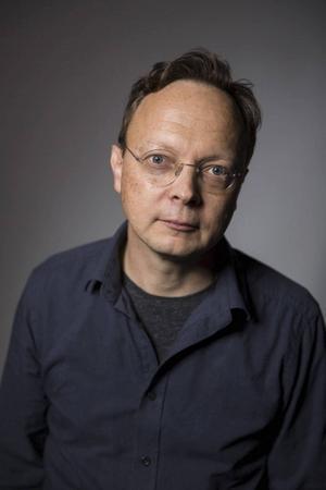 Dramatikern Erik Uddenberg svarar på frågor inför premiären på föreställningen
