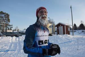 Det var ett kyligt Matfors som mötte åkarna på tävlingsdagen. Niklas Eriksson åkte herrarnas fyramil och slog personligt rekord. – Det gick ganska bra. Jag har tränat mer och åkte bättre i år än förra året.