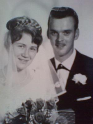GULDBRÖLLOP. Anne och Janne Holmgren från Skutskär, firar i dag 50-årig bröllopsdag. Vigseln ägde rum 15 juli 1961 i Bomhus kyrka. Bröllopsdagen firas med barnen och deras familjer.