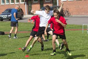 Ungdomarna får allround-träning utanför Risbrohallen.