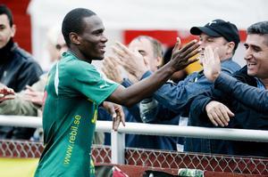 Robert Mambo Mumba jublar tillsammans med hemmafansen efter sitt segermål mot Boden.