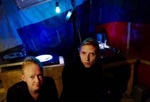"""Vinyl Terror & Horror, Camilla Tygstrup Sørensen och Greta Dahl Christensen från Danmark, bjöd på en """"noise-installation"""" –  ett tält med några snurrande skivor och störande ljud."""