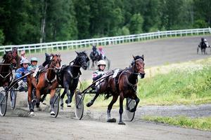 Bosse Eklöf hade en högst lyckad dag på Ovalla. Han nådde inte bara sin 2000:e seger – utan tog två segrar till.    Här vinner han sin 2001:e seger med Sweetseventeen före Rikard N Skoglund och Resplendent Caviar.