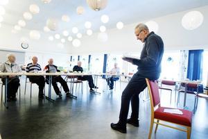 Gunnar Sundstrand från Lions Club Gävle Norra läser högt och diskuterar en bok under