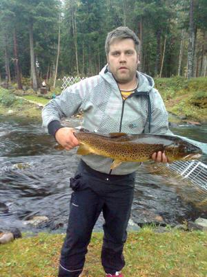 Anders Nordell visar upp en fin öring på 4,8 kilo som fångades under fjolårshösten. Den fick sedan vandra vidare till lekplatserna i ån.