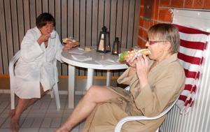 Avkoppling med fika och baguette, Birgitta Mattsson och Majt Sohlén.