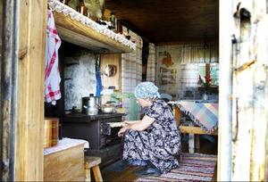 Annhild Larsson är en av ett tjugotal personer som varje sommar hjälper Maja Karlsson att utföra vardagsarbetet vid fäboden.