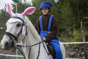 Tilly Sjöberg är Bamse. Ponnyn Ligist är Lille Skutt.