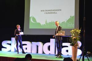 Moderatorn Doreen Månsson hälsar Skandias koncernchef Bengt-Åke Fagerman välkommen upp på scenen.