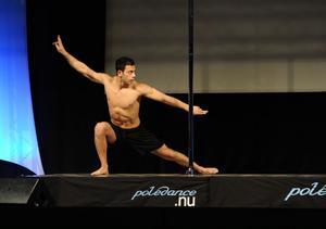 SVINGAR SIG. Ibrahim Tunc, 24, från Gävle, vann på söndagen SM i pole dance på Hälsomässan i Älvsjö.