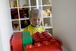 BAMSELEGO. Emil Stenmark har upptäckt att det finns stora klossar att leka med.