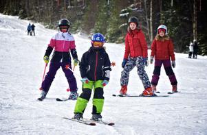 Full fart ner för Svärdsjöbacken för Eloise, 10, och Elinor, 12, Lindström och kompisarna Stina, 12 och Ellen, 10, McChesney. Under sportlovet blir det en del skidåkning. Foto:Claes Söderberg