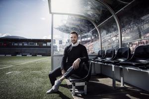 Axel Kjäll kom till ÖSK 2103, och har sedan dess varit assisterande bredvid Peo Ljung och Alexander Axén. Nu tar han över huvudansvaret för laget.