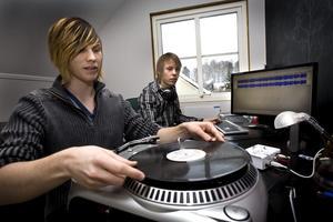 Per Karlsson och Simon Larsson driver UF-företaget DigitalLP som för över gamla vinylskivor till cd.
