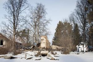 Polisens tekniker undersökte brandplatsen strax söder om Hammerdal under måndagen.