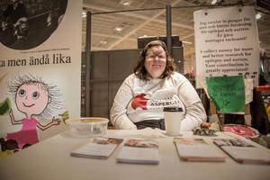Lisa Wellhard sitter vid sitt bord inne på Hemköp och informerar om autism, epilepsi och Aspergers.