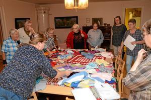 Höstupptakt. Både gamla och nya ansikten mötte upp till höstupptakten. Alla barnkläder på bordet ska inom kort skickas till Lettland.