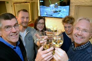En skål i Champagne för det lilla Moraföretaget NewSoTech i Mora. En av innovatörerna Pär Nyman skålar tillsammans med Jörgen Mattsson, Majbritt Levinsen, Eva Lönnelid och Peter Östlund efter framgången med Rosetta, som syns i bakgrunden.