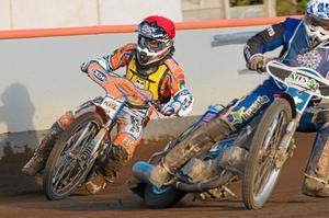 På gång. Andzejs Lebedevs rundar Viktor Bergström i heat 12.