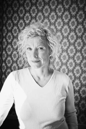 Hon hoppas på politikerna. Pernilla Stalfeldt har varit med om att ge riksdagsledamöterna en julklapp i form av en bilderbok om Barnkonventionen.