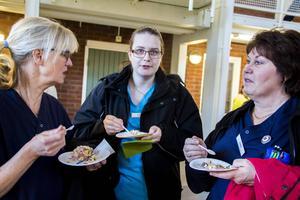 Distriktssköterskorna Ulla Nyman, Linda Hellström och Lena Olsson tog för sig av Hela Sverige bakar-segraren Linus Larssons godsaker.