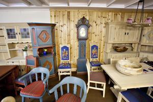 Möblerna är av fabrikatet Krogenes möbler och är både tillverkade och målade för hand i Norge.