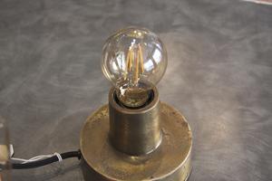 Till bord eller vägg. Antika bordslampor har också blivit mer populära att ha i hemmen. Antingen på nattygsbordet eller på väggen.