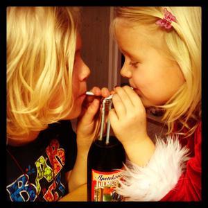 Lycka är ett syskon att dela en julmust med. Albin och Elsa julfikar hemma hos mormor och morfar.