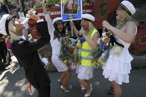 Uppvärmning. Johan Haarala, Ida kauppinen, Ida Waernulf och Sara Larsson laddade upp med alkohol, sång och skrik inför flakturen. Väl uppe på flaket blev det ännu mer sång, dans och visslande.