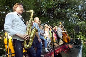 Jazz i grönskan. Saxofonisten Johan Borgström gästade Apalby gård där han lekte som liten. Här tillsammans med Singoallakören.