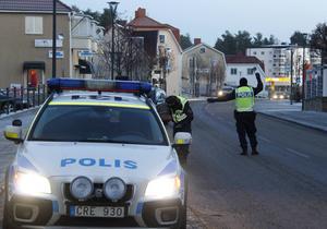 Poliskontroll på Köpmangatan i Timrå.