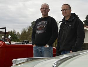 Grannarna Ulf Nilsson och Mats Wiklund delar samma intresse, men har helt olika bilar.