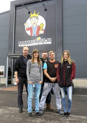Anders, Pernilla, Karl, Jeff och Caroliné, några av Partykungens 27 anställda utanför företagets nya lokaler i Ersbo industriområde söder om Gävle.